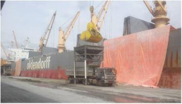 Débarquement du clinker au port de Douala